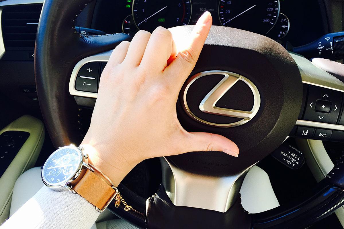 Detaliu-volan-si-emblema-Lexus