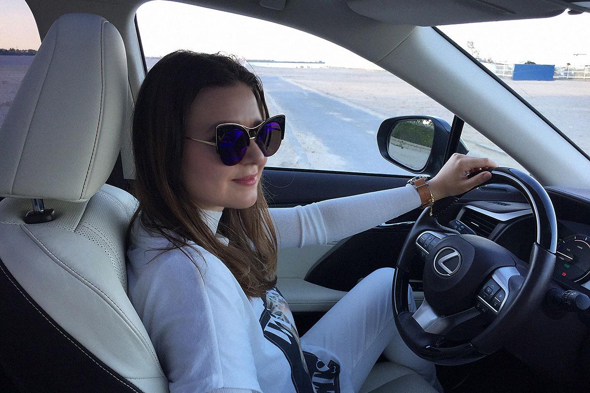 Raluca-Hagiu-drive-test-Lexus-RX-450h_tinuta-alba_3