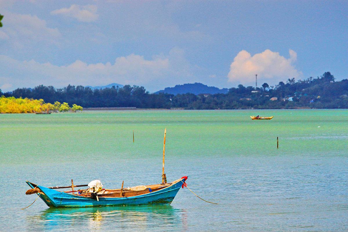 Barca-in-insula-Pukhet-din-Thailanda