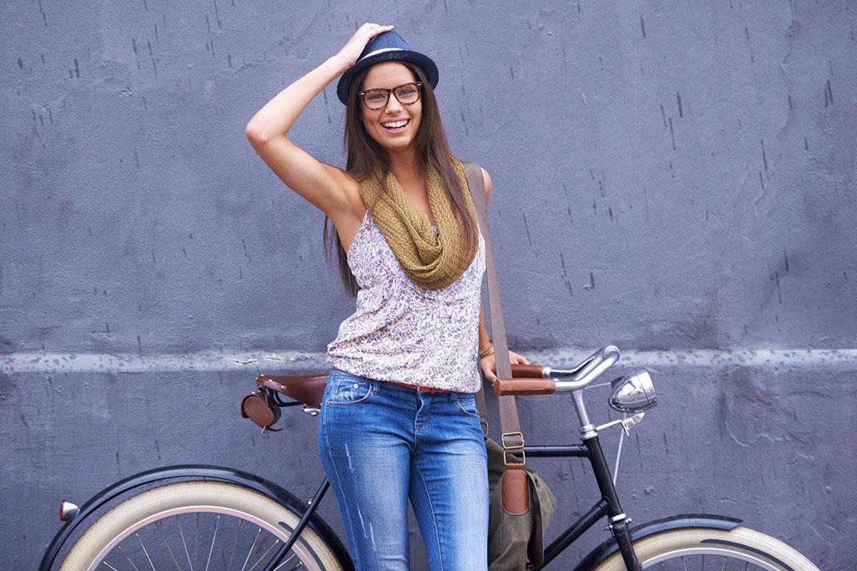 fata-vesela-langa-bicicleta