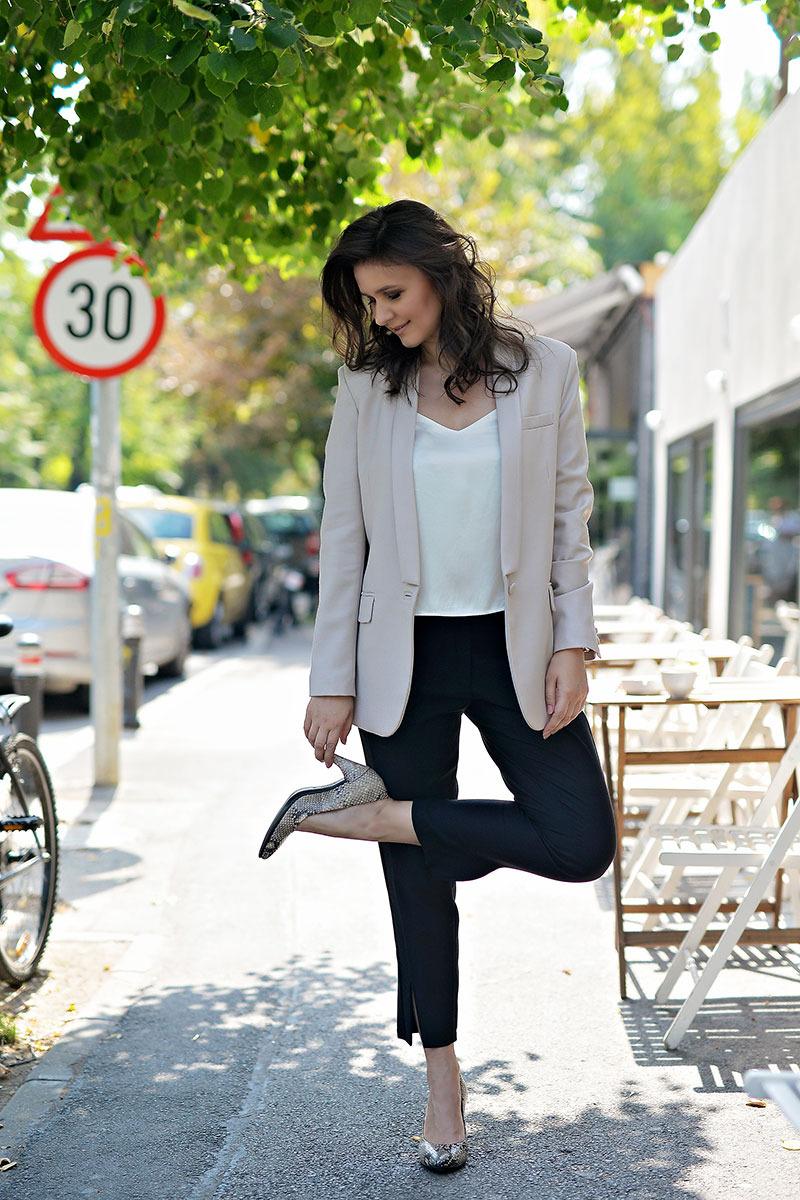 Raluca-Hagiu-purtant-pantofi-ECCO-Shape,-street-style-by-the-Storyalist