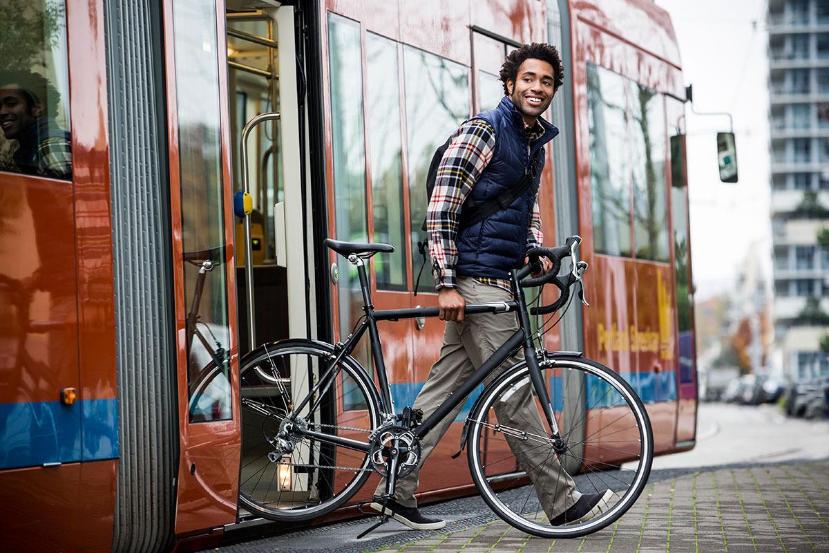 barbat-care-coboara-din-tramvai-cu-bicicleta