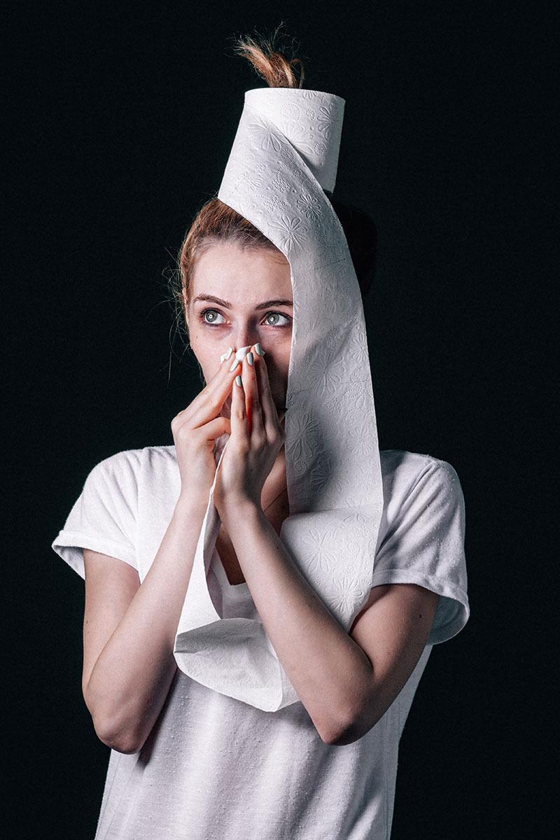 femeie-cu-alergie-isi-sufla-nasul