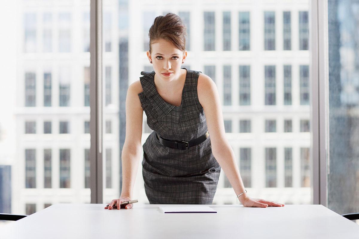 femeie-de-afaceri-la-birou