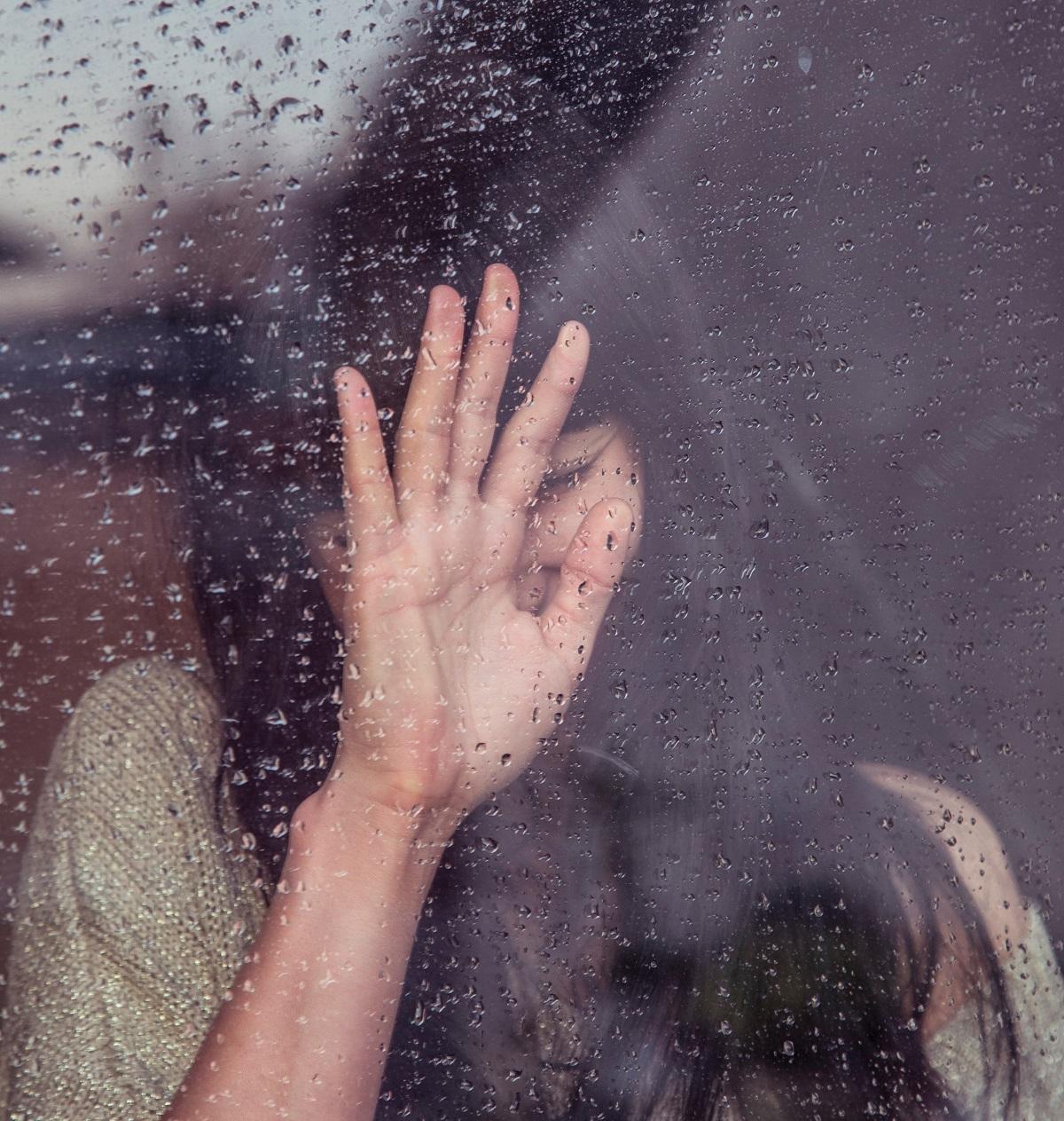 emotii-geam-picaturi-ploaie-femeie-chiar-iti-pasa-ce-cred-altii-despre-tine.jpg