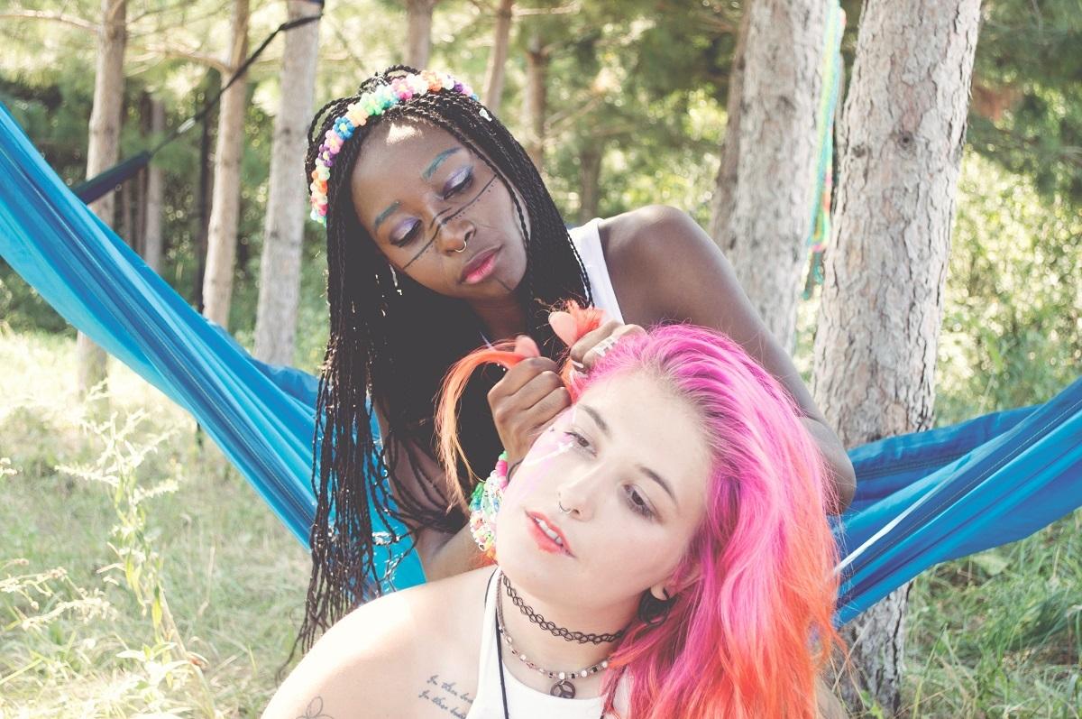 femei-alb-negru-par-roz-impletitura-ce-cred-altii-despre-tine.jpg
