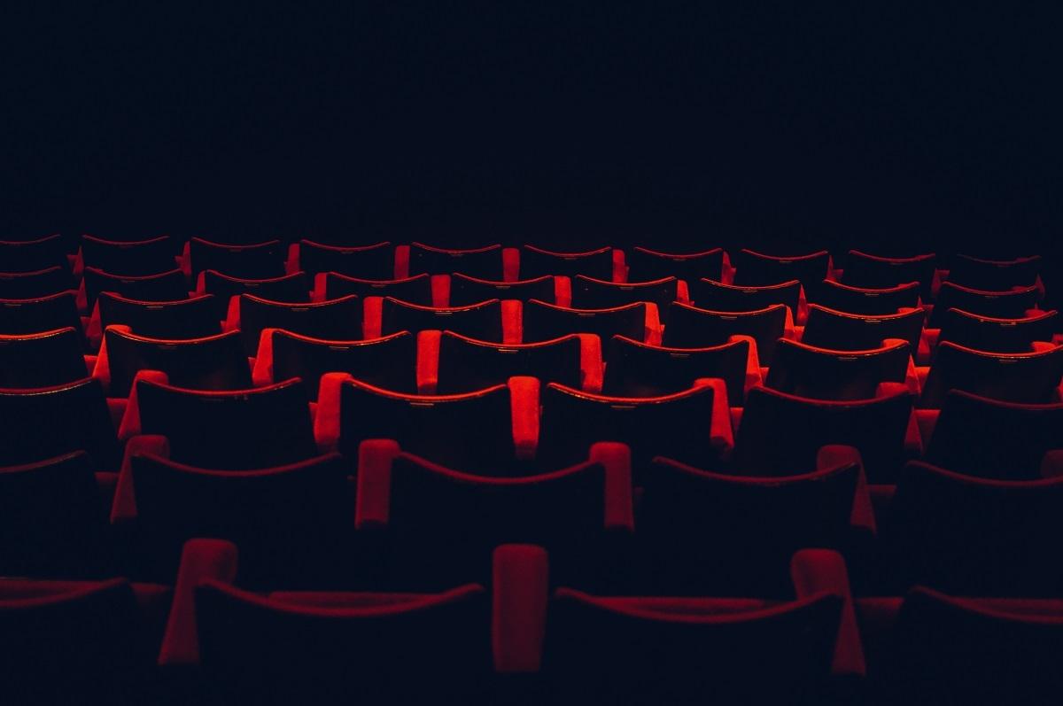 scaune-cinema-chiar-iti-pasa-ce-cred-altii-despre-tine.jpg