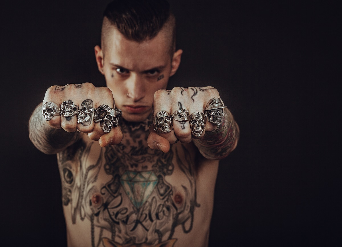 tanar-baiat-punk-rebel-tatuaje-inele-craniu-copil-interior.jpg