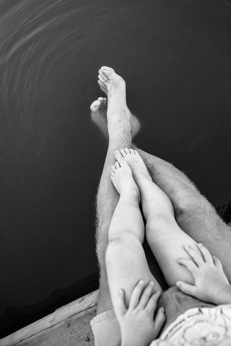 tata-fiu-copil-parinte-copil-interior-picioare-alb-negru.jpg