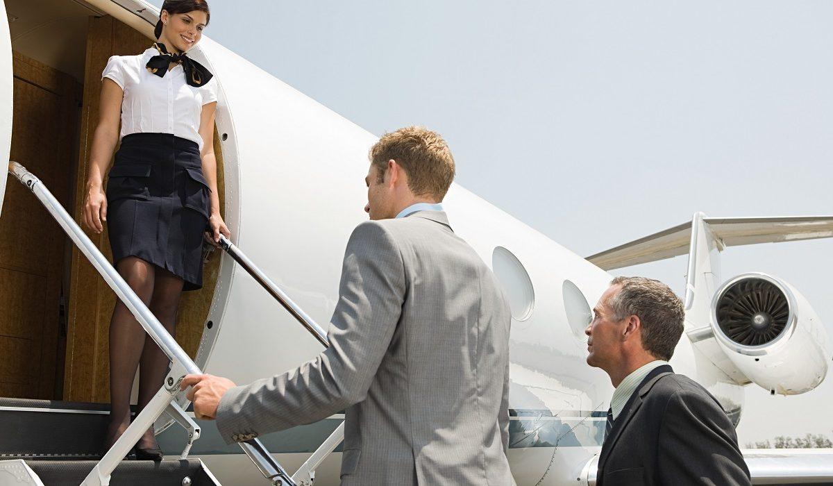 """Provocările unui stewardese. Ce se ascunde în spatele unei cariere """"la înălțime""""?"""